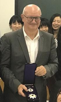 旭日重光賞の勲章を手にするパシュク欧州議会副議長