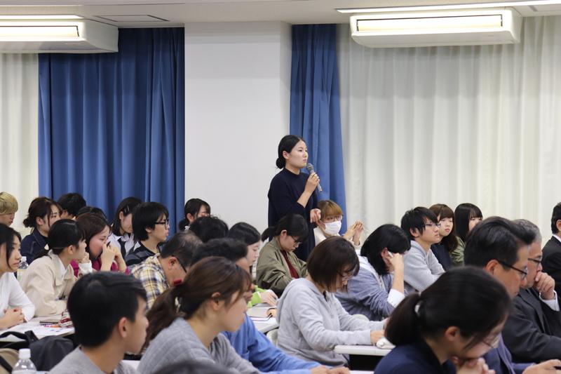 質問をする学生