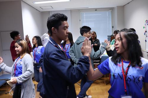 グループワークで自国の踊りを披露する学生