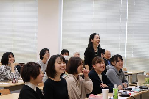 司会を務める根岸講師と、学生たち
